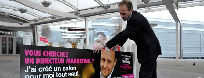Alain-Gutton-preparando-vallas-publicitarias