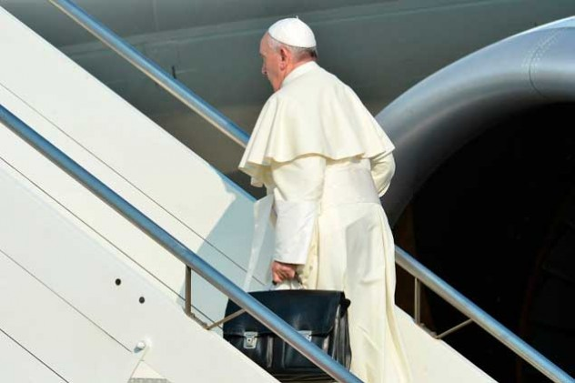 Papa-Francisco-subiendo-a-avión-AFP